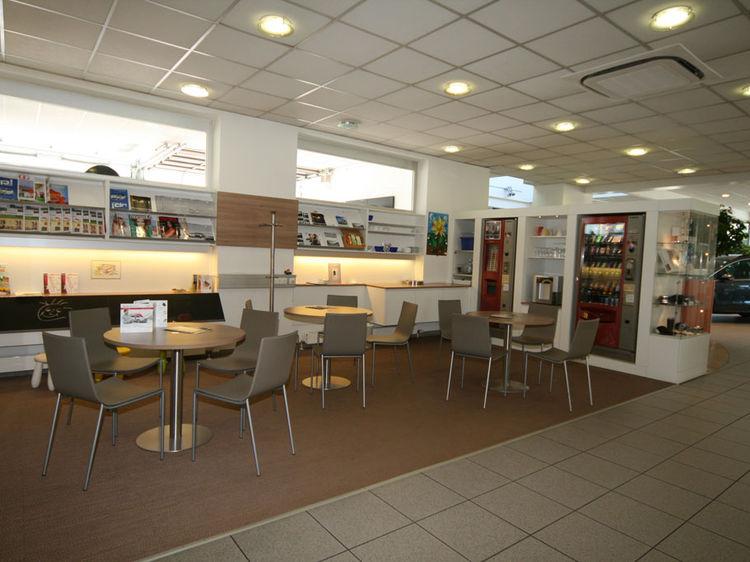Autohaus Kundenwartebereich Innenraumgestaltung
