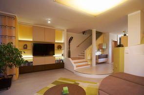 indirekte Beleuchtung über Möbelrückwand und Deckenpaneel