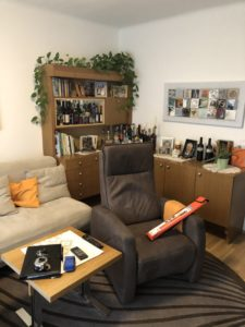 Zuhause Wohlfuelen HorstSteinerInnenarchitektur Wohnzimmer3 e1591697213595 225x300 - Was braucht es, damit man sich in seinem Zuhause wieder richtig wohlfühlt?