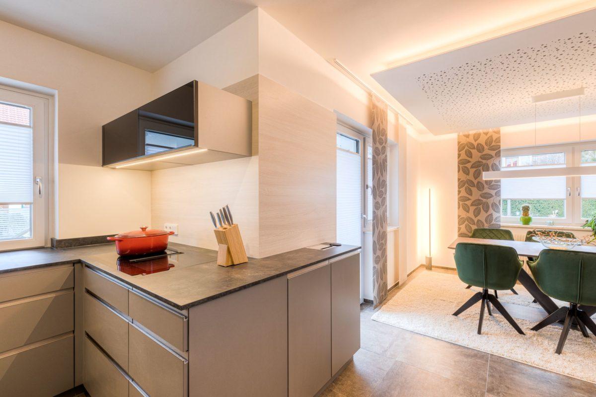 Weiterführung der Arbeitsplatten, um Küche und Esszimmer zu verbinden.