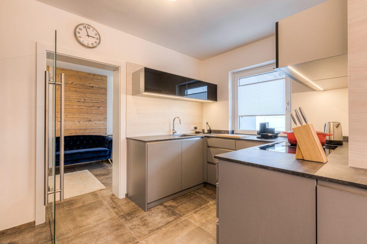Neue Einbauküche mit Glastür zum Eingangsbereich
