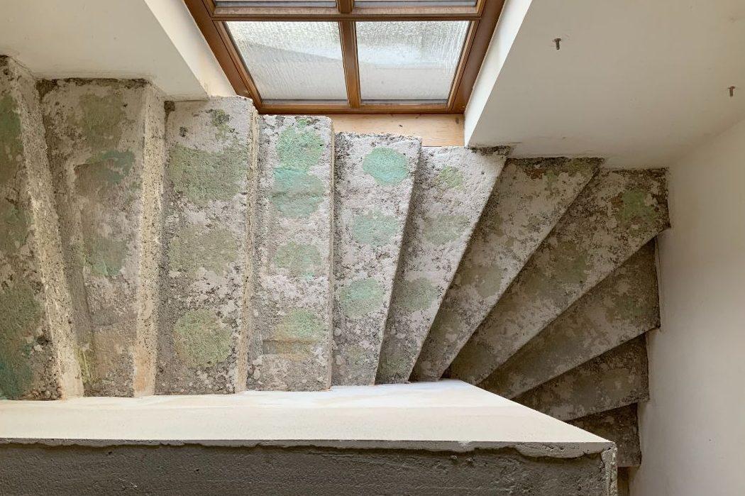 Treppe und Fenster vor der Neugestaltung