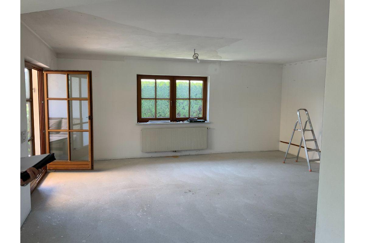 Wohnbereich vor Umbau mit Sprossenfenstern